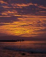 coucher de soleil de feu. photo