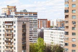 maisons à plusieurs étages de la ville au printemps photo