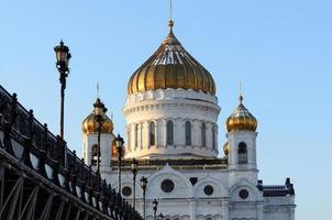 La cathédrale du Christ Sauveur et le pont Patriarshy, hiver photo