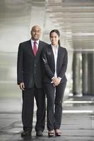 homme d'affaires indien et femme dans un cadre urbain moderne.
