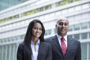 homme d'affaires indien et femme dans un cadre urbain moderne. photo