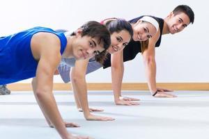 jeunes dans la salle de gym photo
