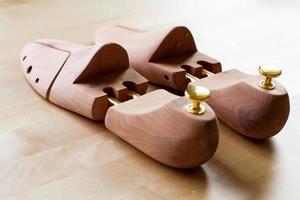 civière de chaussure en bois pour hommes photo
