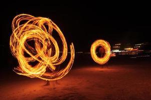 Des hommes forts jonglent avec le feu en Thaïlande photo