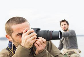 hommes en bateau sur la rivière, prendre des photos avec l'appareil photo