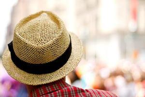 homme portant un chapeau de paille photo