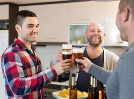 trois gars à la fête à la maison photo