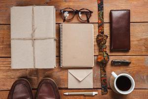 accessoires pour hommes sur la table en bois photo