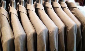 costumes pour hommes salle de vêtements photo