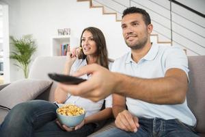 jeune couple, à, pop-corn, regarder film, chez soi photo