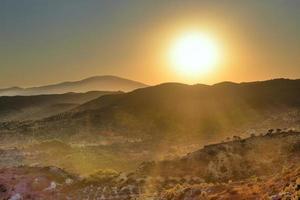 coucher de soleil dans les montagnes. photo