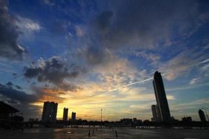 coucher de soleil sur le trottoir photo