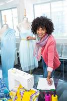 créatrice de mode féminine au travail