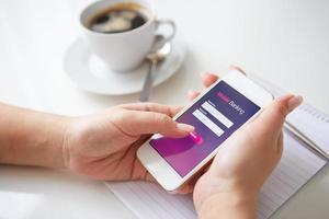 mains féminines à l'aide de services bancaires mobiles photo