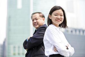 homme d'affaires asiatique et jeune portrait féminin photo