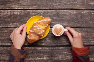 mains féminines tenant une tasse de café photo