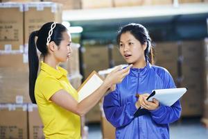 deux, chinois, ouvrières, dans, entrepôt photo