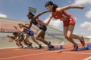 groupe d'athlètes féminines sur piste photo
