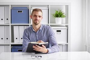 homme d'affaires, rédaction du plan quotidien photo
