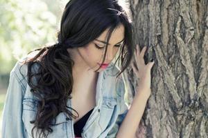 belle jeune femme dans un parc photo