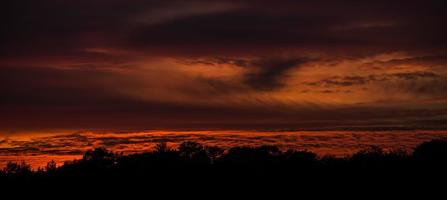 coucher de soleil rouge profond photo