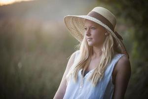 jeune femme, à, chapeau paille photo
