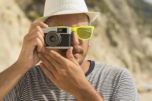 touriste, prendre photo, à, utilisation, appareil-photo rétro