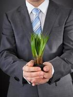 homme d'affaires avec de l'herbe verte