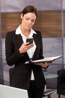 femme d'affaires, faire un appel téléphonique photo