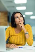 réfléchie, femme affaires, séance table photo