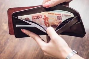 portefeuille plein d'argent photo