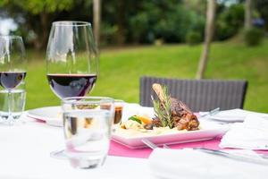 jarret d'agneau et vin rouge photo