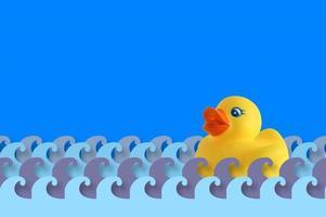 l'heure du bain avec un canard en caoutchouc. photo