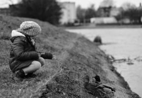 enfant nourrir les canards. photo