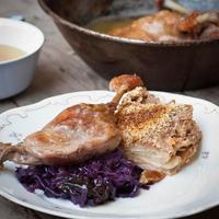 Cuisse de canard rôti avec accompagnement sur une assiette