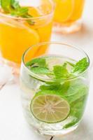 Cocktail de mojito et jus de fruits frais tropicaux sur table en bois