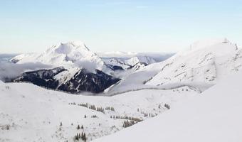 sommet de la montagne en hiver photo