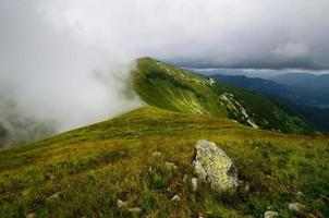 sommet de la montagne dans les nuages