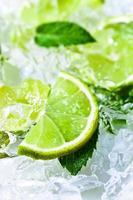 tranches de citron vert et menthe poivrée