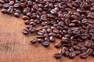 grains de café sur fond de bois photo