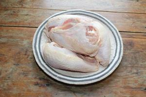 quatre poitrines de poulet fendues sur la plaque