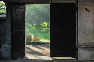 cages de poulet et rayons du soleil photo