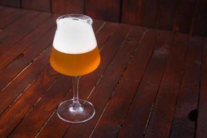 bière de blé sur bois photo