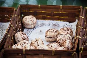assortiment de macarons dans une boîte en osier photo
