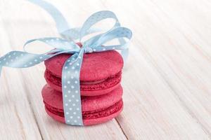 macarons rouges avec ruban bleu photo