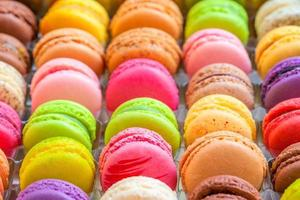 Macarons colorés traditionnels français dans une boîte photo