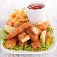 assiette de nuggets de poulet et frites photo