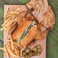 poulet rôti avec pomme de terre et pita