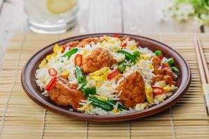 riz frit avec oeuf et poulet