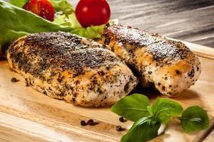 poitrine de poulet rôti sur une planche à découper